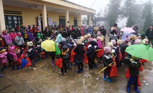 Ấm lòng những suất quà trao tặng cho học sinh nghèo Sapa - 1