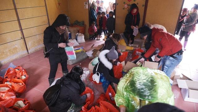 Ấm lòng những suất quà trao tặng cho học sinh nghèo Sapa - 4