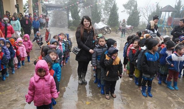 Ấm lòng những suất quà trao tặng cho học sinh nghèo Sapa - 7