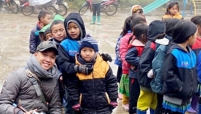 Ấm lòng những suất quà trao tặng cho học sinh nghèo Sapa - 10