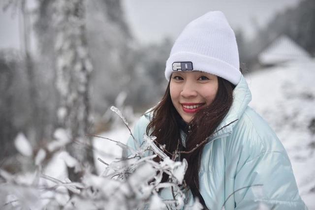 Tuyết rơi trắng xóa ở Lào Cai, du khách đua nhau khoe hình check-in - 2