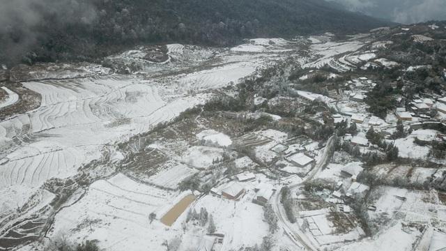 Tuyết rơi trắng xóa ở Lào Cai, du khách đua nhau khoe hình check-in - 6
