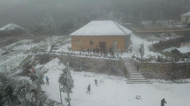 Tuyết rơi trắng xóa ở Lào Cai, du khách đua nhau khoe hình check-in - 8