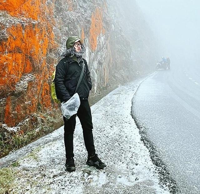 Tuyết rơi trắng xóa ở Lào Cai, du khách đua nhau khoe hình check-in - 13