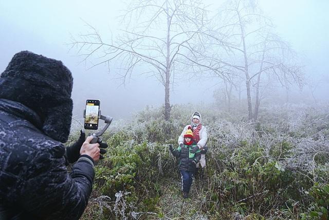 Tuyết rơi trắng xóa ở Lào Cai, du khách đua nhau khoe hình check-in - 14