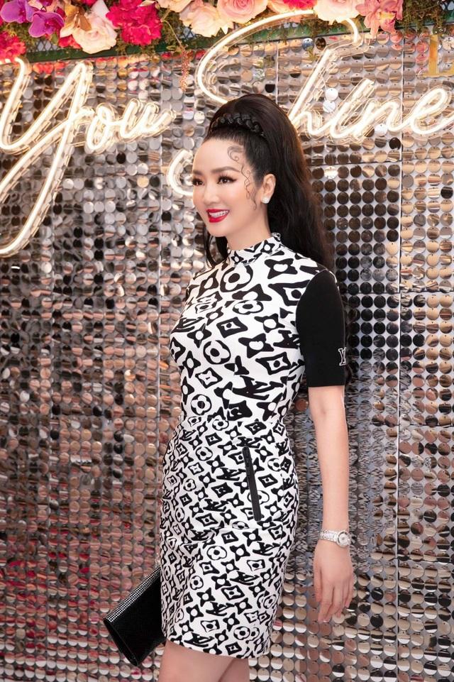 Hoa hậu U50 Giáng My khoe vẻ đẹp thách thức thời gian - 1