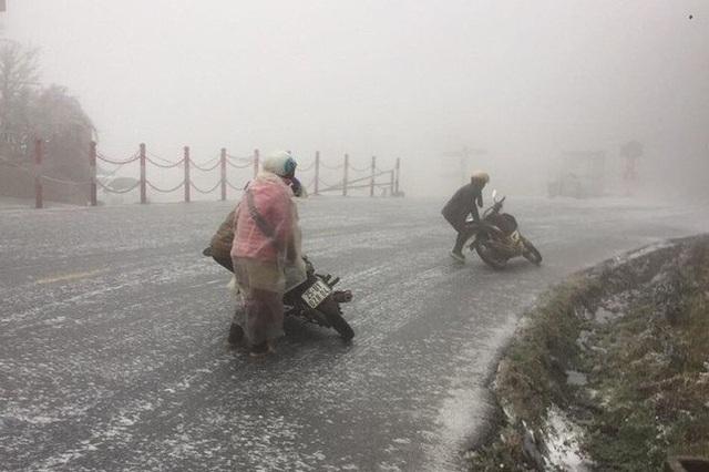 Hàng loạt phương tiện trượt ngã trên đỉnh Ô Quý Hồ do băng tuyết trơn trượt - 3