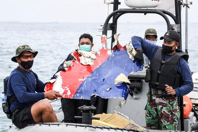 Xác định được vị trí hộp đen, Indonesia chạy đua tìm máy bay rơi - 2
