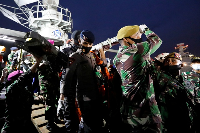 Xác định được vị trí hộp đen, Indonesia chạy đua tìm máy bay rơi - 3