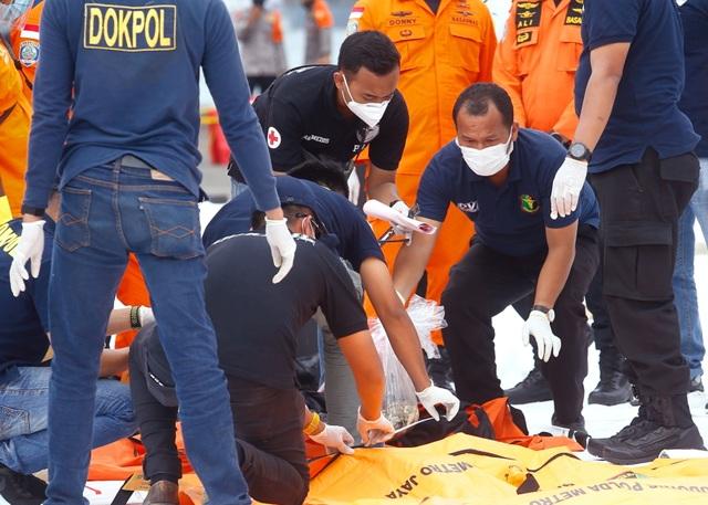 Xác định được vị trí hộp đen, Indonesia chạy đua tìm máy bay rơi - 8