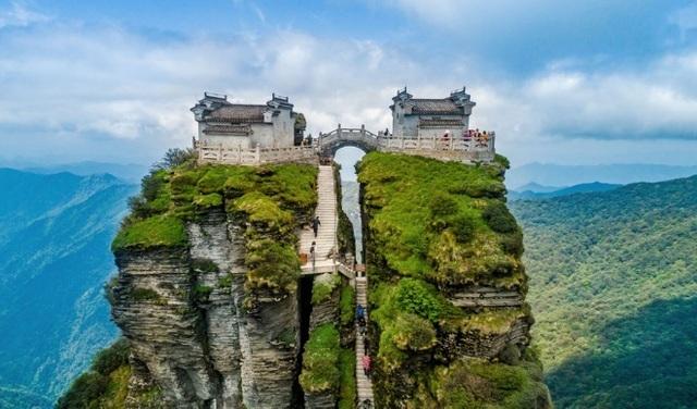 Những ngôi đền chùa linh thiêng tọa lạc vị trí đắc địa hiếm người ngờ tới - 1
