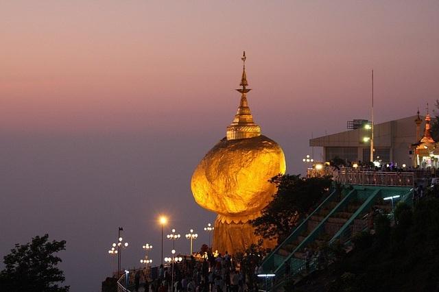 Những ngôi đền chùa linh thiêng tọa lạc vị trí đắc địa hiếm người ngờ tới - 6