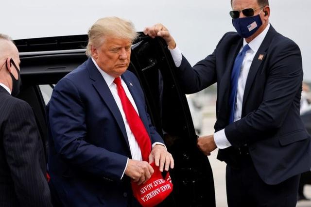 Hàng loạt nghị sĩ gây sức ép, thúc giục Trump rời Nhà Trắng sớm - 1