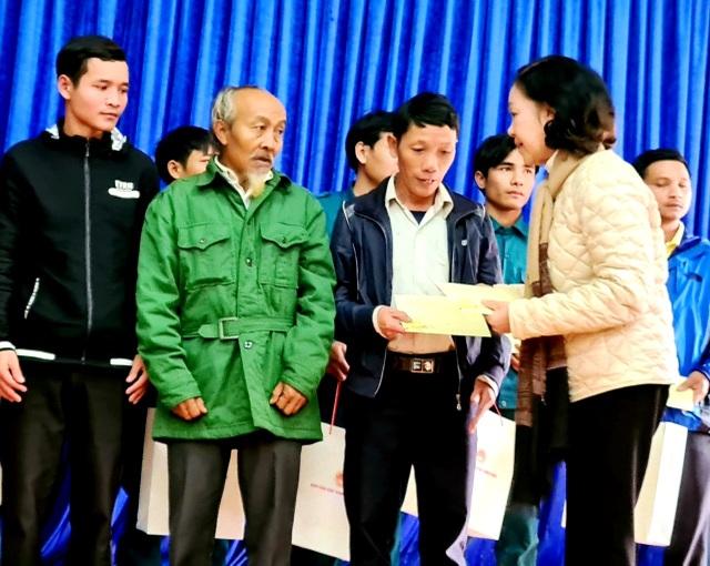 Trưởng Ban dân vận Trung ương thăm và tặng quà bà con vùng sạt lở Trà Leng - 1
