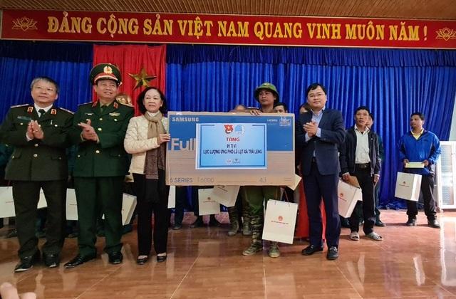 Trưởng Ban dân vận Trung ương thăm và tặng quà bà con vùng sạt lở Trà Leng - 2