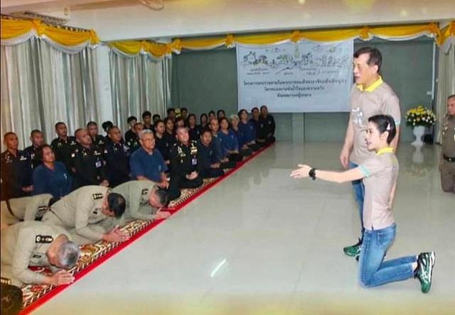Nhà vua Thái Lan cùng Hoàng quý phi tới thăm, quét dọn nhà tù - 2