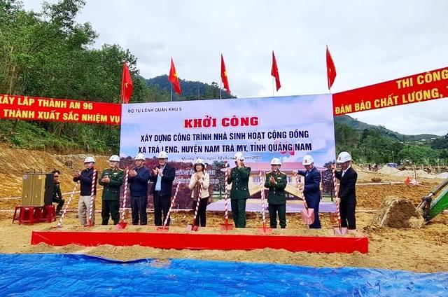 Trưởng Ban dân vận Trung ương thăm và tặng quà bà con vùng sạt lở Trà Leng - 3