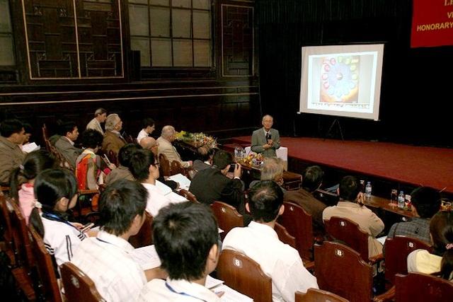 Giáo sư Nguyễn Quang Riệu - nhà khoa học lang thang trên Dải Ngân hà - 2