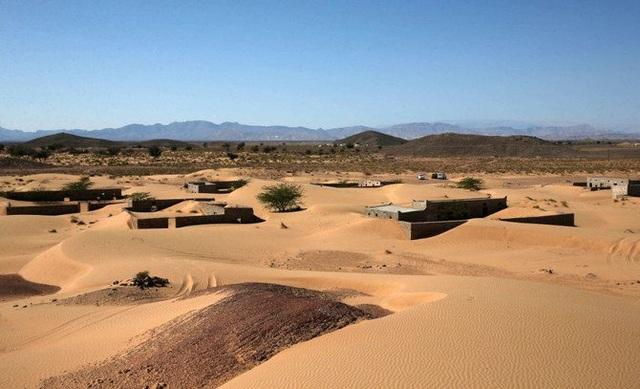 Ám ảnh cảnh những mái nhà trong làng bị biển cát nuốt chửng lên tận nóc - 1