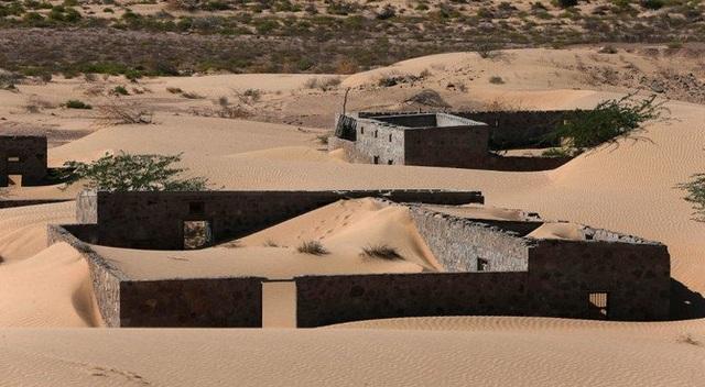 Ám ảnh cảnh những mái nhà trong làng bị biển cát nuốt chửng lên tận nóc - 2