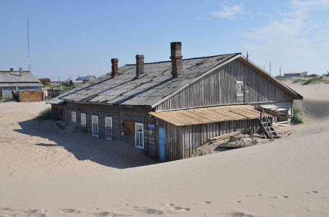 Ám ảnh cảnh những mái nhà trong làng bị biển cát nuốt chửng lên tận nóc - 4
