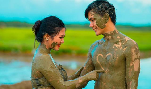 Cặp đôi trát đầy bùn chụp ảnh cưới - 1