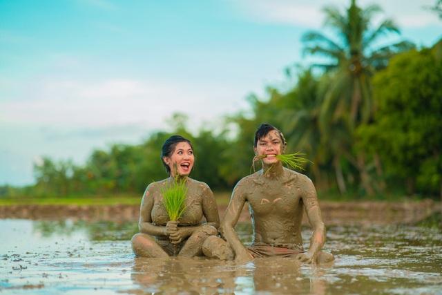 Cặp đôi trát đầy bùn chụp ảnh cưới - 2
