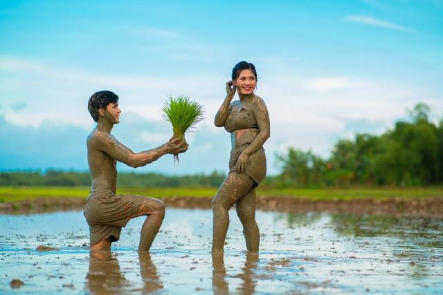 Cặp đôi trát đầy bùn chụp ảnh cưới - 3