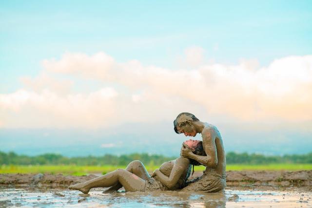 Cặp đôi trát đầy bùn chụp ảnh cưới - 4