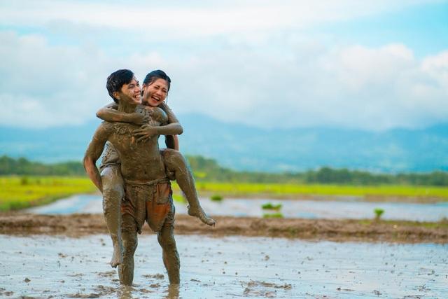 Cặp đôi trát đầy bùn chụp ảnh cưới - 5