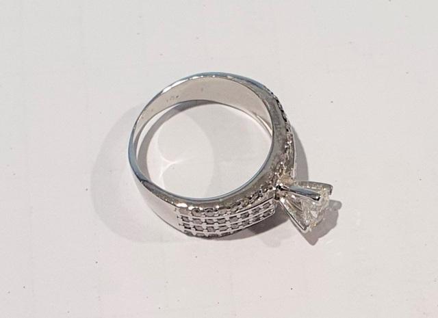 Nữ khách VIP đánh rơi nhẫn kim cương trên máy bay - 1