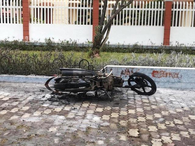 Vi phạm giao thông, cù nhây đốt luôn xe máy: Đừng đùa với luật pháp! - 1