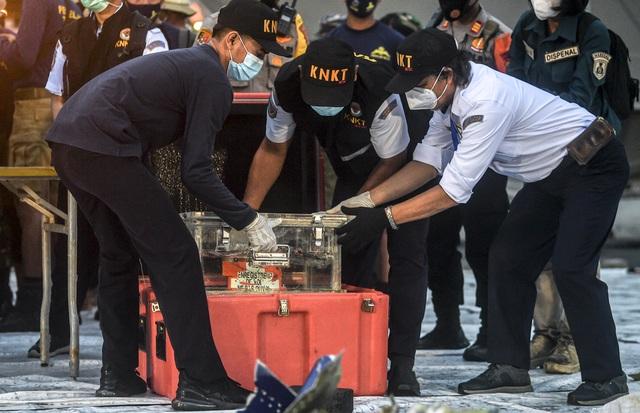 Indonesia trục vớt hộp đen máy bay chở 62 người đâm xuống biển - 1