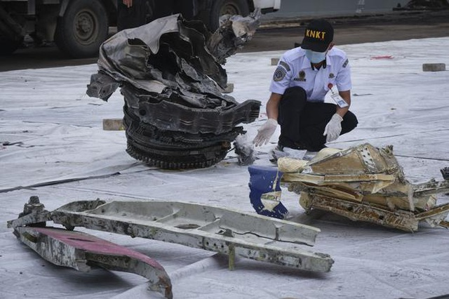 Indonesia trục vớt hộp đen máy bay chở 62 người đâm xuống biển - 2