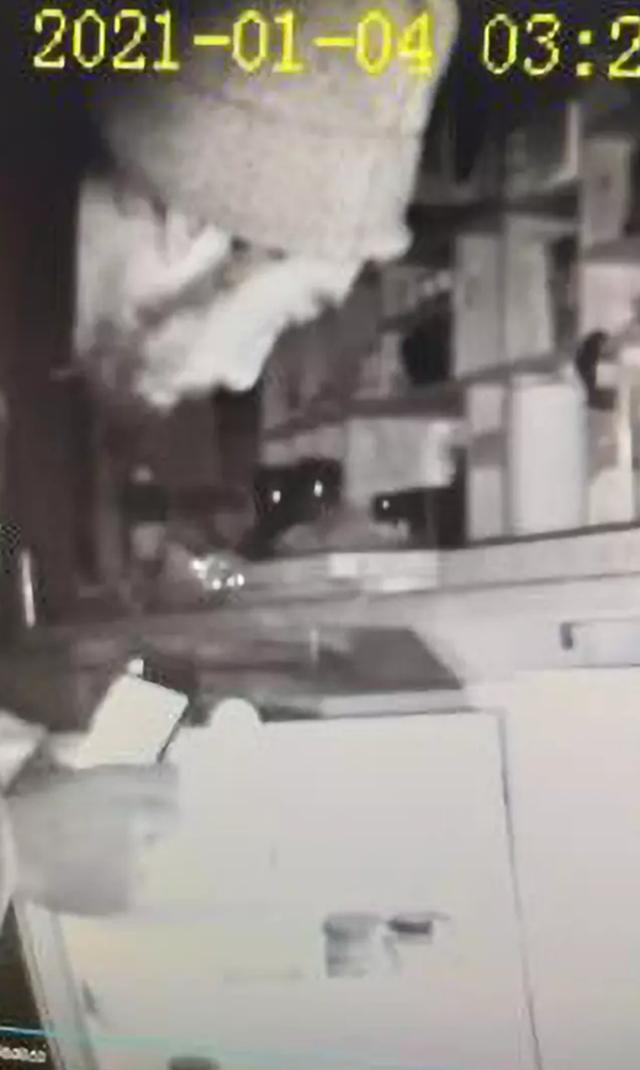 Nửa đêm dậy đi vệ sinh, bắt gặp trộm đang uống cà phê trong toilet - 3
