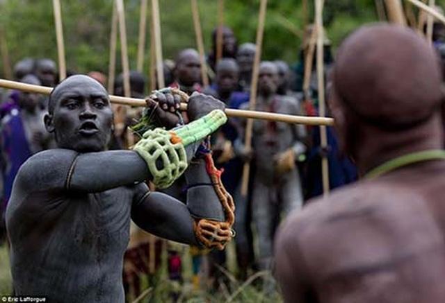 Rùng mình với bộ tộc uống tiết bò tươi để tăng cường sinh lực - 5