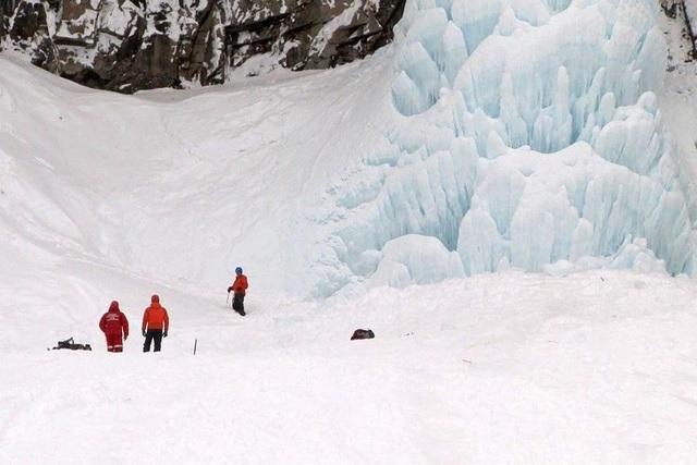 Thác đóng băng bất ngờ đổ ập, khách du lịch thiệt mạng khi đang ngắm cảnh - 1