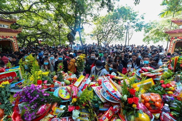 Hàng nghìn người đổ về Phủ Tây Hồ đi lễ - 14
