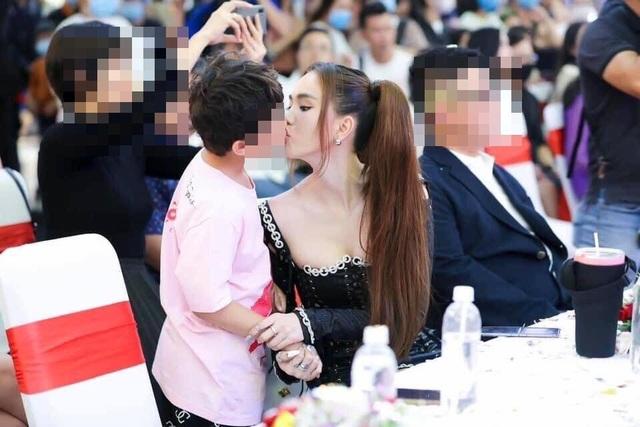 Nữ hoàng nội y hôn môi bé trai gây tranh cãi, mẹ bé trai nói gì? - 1