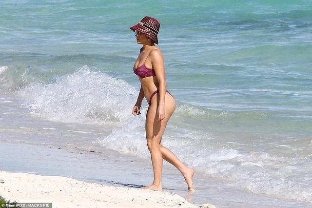 Jennifer Lopez khoe cơ bụng săn chắc ở tuổi 51 - 1