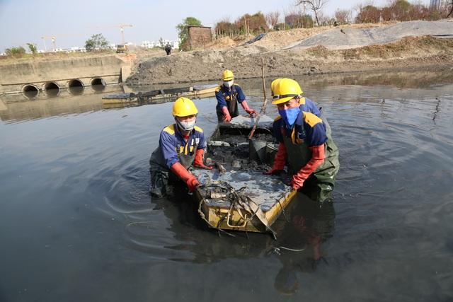 Hà Nội: Rét 9 độ C, công nhân thoát nước chìm trong nước thải buốt lạnh - 13