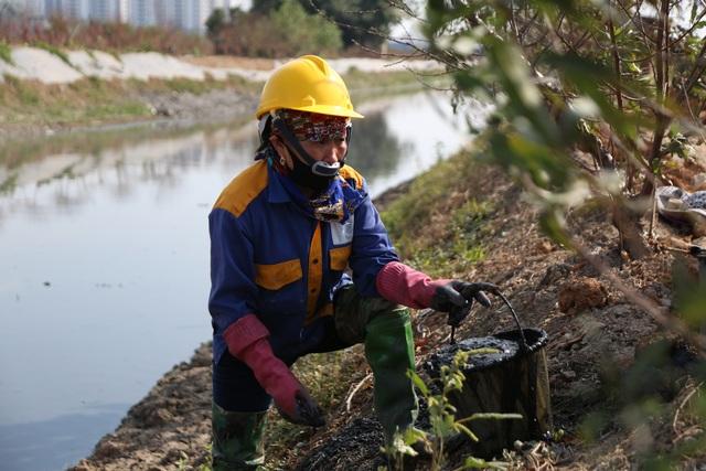 Hà Nội: Rét 9 độ C, công nhân thoát nước chìm trong nước thải buốt lạnh - 17