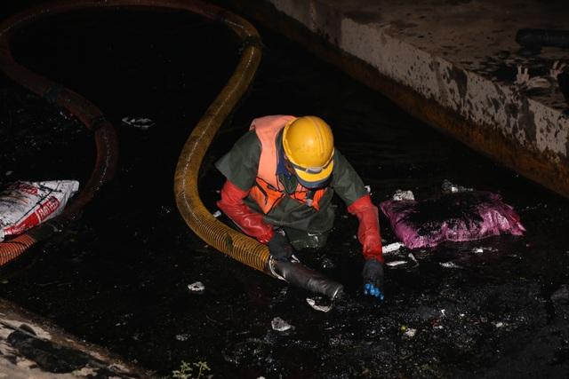 Hà Nội: Rét 9 độ C, công nhân thoát nước chìm trong nước thải buốt lạnh - 1