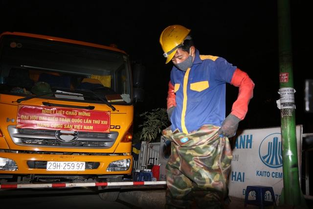 Hà Nội: Rét 9 độ C, công nhân thoát nước chìm trong nước thải buốt lạnh - 4