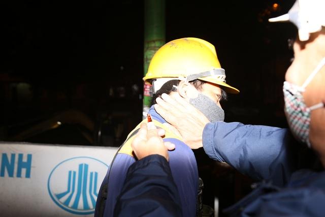 Hà Nội: Rét 9 độ C, công nhân thoát nước chìm trong nước thải buốt lạnh - 5