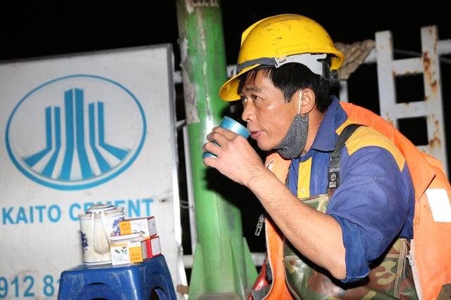 Hà Nội: Rét 9 độ C, công nhân thoát nước chìm trong nước thải buốt lạnh - 6