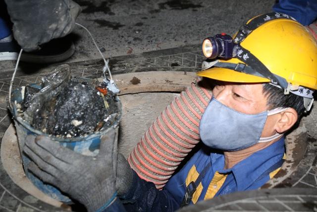Hà Nội: Rét 9 độ C, công nhân thoát nước chìm trong nước thải buốt lạnh - 7
