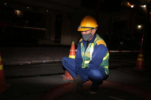 Hà Nội: Rét 9 độ C, công nhân thoát nước chìm trong nước thải buốt lạnh - 3