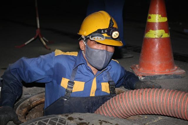 Hà Nội: Rét 9 độ C, công nhân thoát nước chìm trong nước thải buốt lạnh - 9