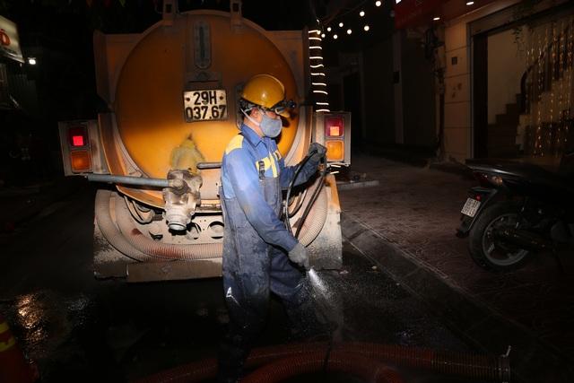 Hà Nội: Rét 9 độ C, công nhân thoát nước chìm trong nước thải buốt lạnh - 11